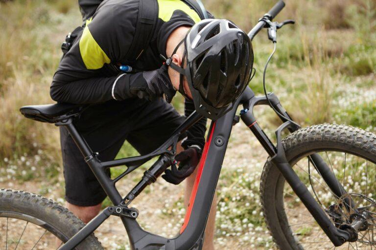 Ratgeber_Beitragsbild_Fahrradfahrer_repariert_sein_bike