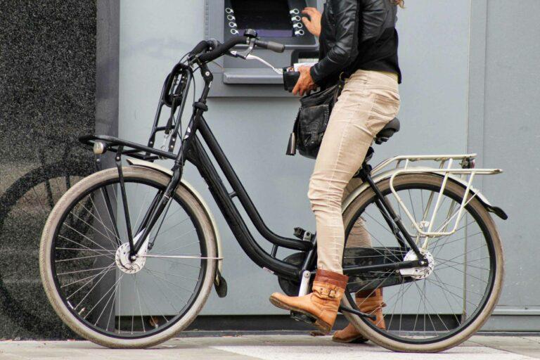 ratgeber_beitragsbild_frau_bank_fahrrad